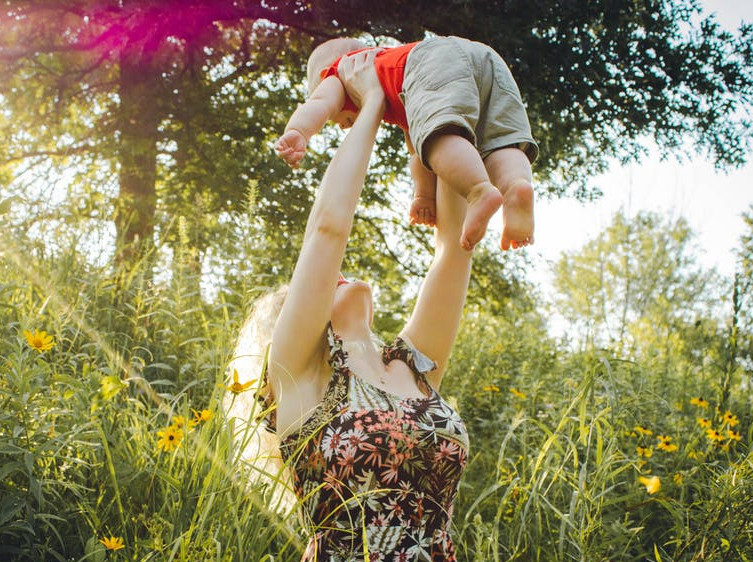 Best baby sun hat-Mother with baby standing in the sunlight