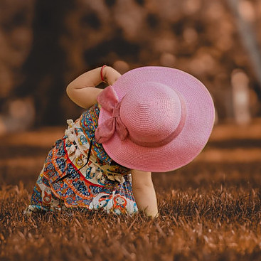 Best baby sun hat-Girl-With-Broad-Brimmed-Sun-Hat