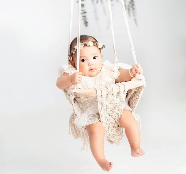 Organic cotton baby's swings-Baby in organic Macramé baby swing.